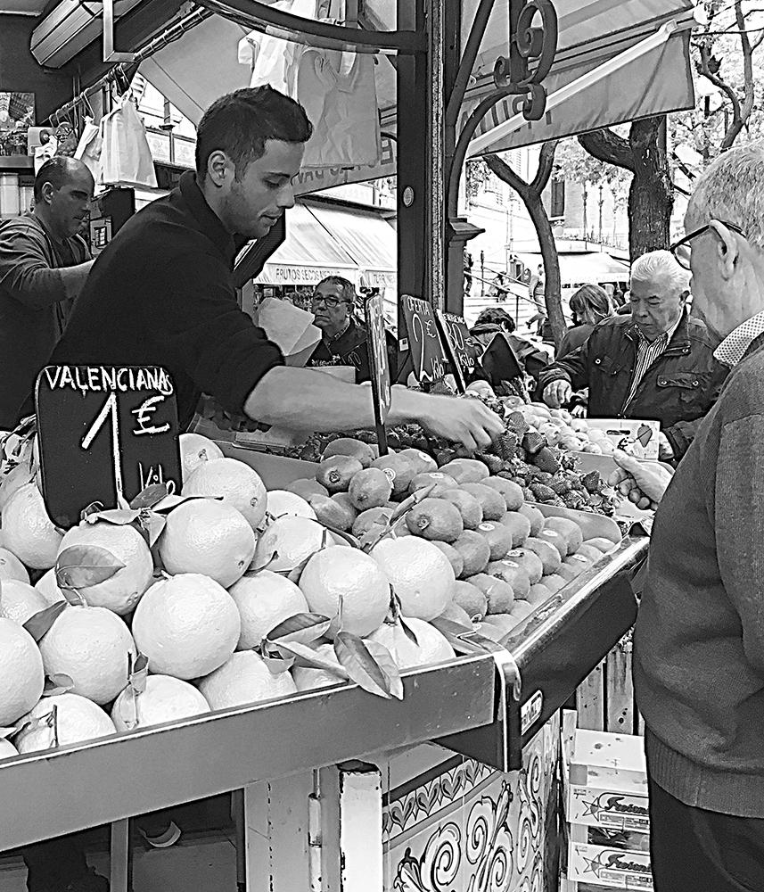 foto Gonny Vijn-Bakker gemaakt op de markt in Valencia van een fruitmarktkraam