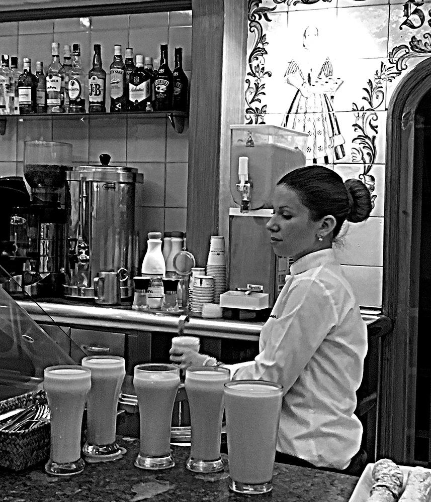 foto Gonny Vijn-Bakker gemaakt in Valencia, serveerster schenkt de Spaanse drank horchata in